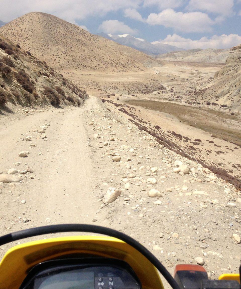 Nepal MC foran ode landskap